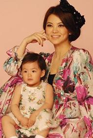 辣妈李湘与爱女王诗龄温情写真