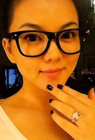 女主持人李湘自拍卖萌照