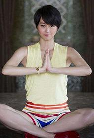 香港女歌手梁咏琪清新装扮惹人爱