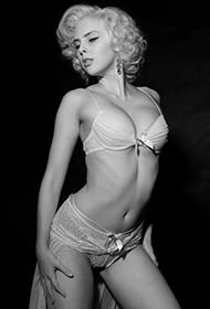 英国女演员艾玛·沃特森模仿梦露经典造型