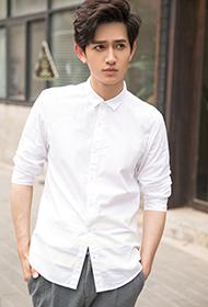演员马可潮流街拍 白衬衫彰显个性时尚