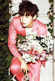 李钟硕粉色西装床上演绎浪漫情怀