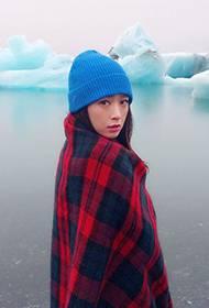 女星蒋欣冬日温暖写真 优雅气质自然随性
