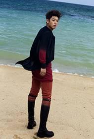陈翔海边个人写真 撞色潮流搭配显帅气