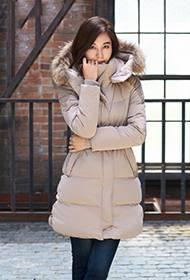 韩星金荷娜代言时尚羽绒服宣传照