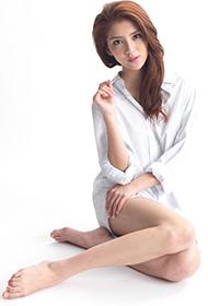 90后女星吴千语白衬衫大秀长腿