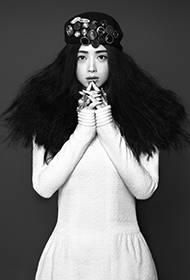蒋欣霸气黑白时尚写真 复古质感性感迷人