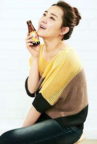 韩国女艺人文瑾莹笑容甜美代言广告照