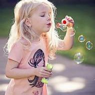 吹泡泡的欧美小女孩唯美qq头像图片