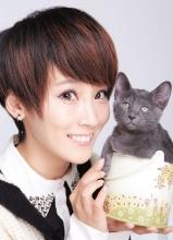 谢楠抱小猫登杂志 散发女人味展可爱一面