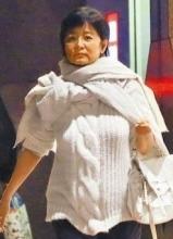 林青霞携女与刘嘉玲共餐 毛衣裹身显臃肿