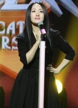 杨钰莹齐膝黑裙录节目 小腿粗壮仍卖萌