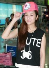 谢安琪热裤清凉现身台北机场 与粉丝互动