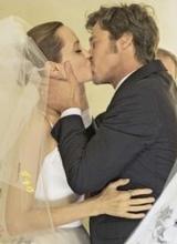 朱莉婚纱照曝光 与皮特深情相拥吻