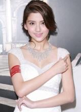林峯女友吴千语穿婚纱亮相活动现场