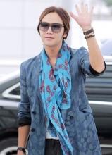 张根硕时尚装扮亮相机场 将于中国粉丝见面