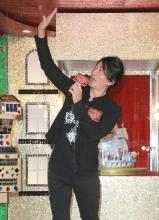 郑伊健出席圣诞亮灯仪式 爱玩游戏显童真