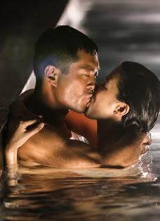 《冲上云霄》情人节海报 古天乐佘诗曼水中激吻