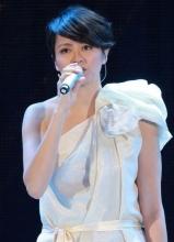 梁詠琪著白色斜肩裙獻歌驚艷全場