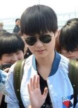 李宇春墨鏡現身上海機場 遭粉絲圍堵