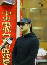 汪峰现身春晚彩排现场接受采访