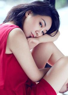閆妮浪漫演繹溫婉女人 氣質迷人動人寫真