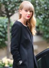 泰勒·斯威夫特 古典黑裙红唇回眸倾城