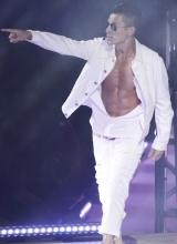 刘德华广州举行演唱会 与辣妹跳贴身舞秀腹肌