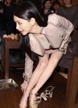徐若瑄出席活动秀美腿 俯身换鞋险走光