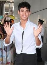 金秀贤帅气现身香港机场 现场热情与粉丝活动