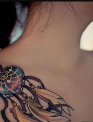 女生肩部性感的纹身图案