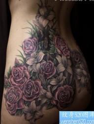 臀部纹身图片:臀部彩色玫瑰花卉纹身图片纹身作品