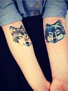 炫丽的双手臂小狗头像纹身图片
