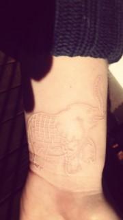 女孩手腕上漂亮的大象鴿子血紋身
