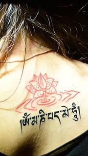 美女后背蓮花藏文紋身圖案