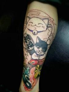 可爱调皮的腿部招财猫纹身图案
