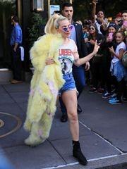 Lady Gaga 5月天皮草配熱褲 身材短粗