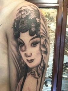 大臂传统黑灰花旦纹身刺青很别致