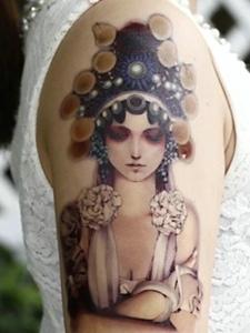手臂一枚心思重重的传统花旦纹身刺青