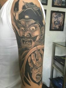 包臂經典傳統的黑灰鐘馗紋身圖案