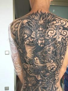 铺满整个背部的黑白关公纹身图案