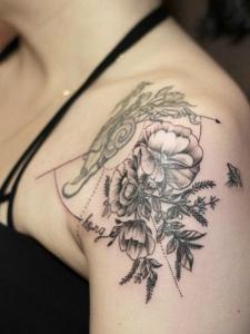 肩膀上的新时尚花朵纹身图案