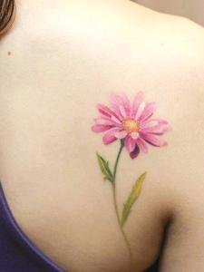 女生肩膀上的清新紅花個性圖案刺青