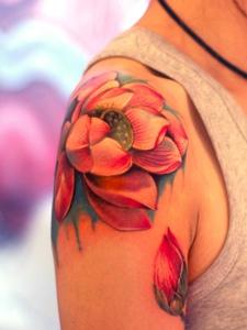 适合女生的色彩鲜艳荷花纹身图案