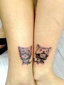 裸腳處一對可愛迷你小貓情侶紋身圖案