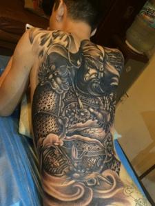满背经典十足的帅气关公纹身图案