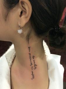 处在女生香肩上的小英文纹身图案