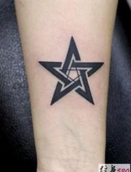 极简的黑色五芒星纹身