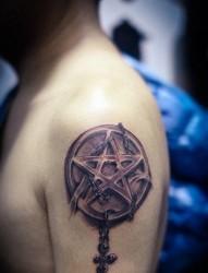 简单时尚的五芒星纹身图案