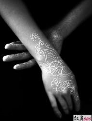 微微性感的白色隱形紋身